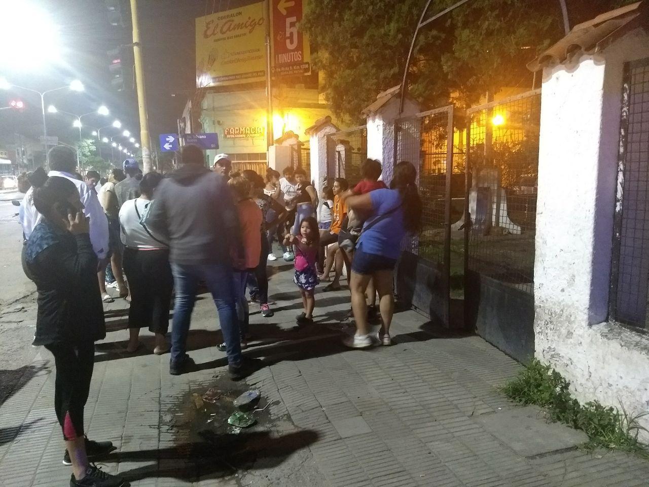 Los familiares de los internos empujaron las puertas de la comisaría. LA GACETA / Valentina Sadir