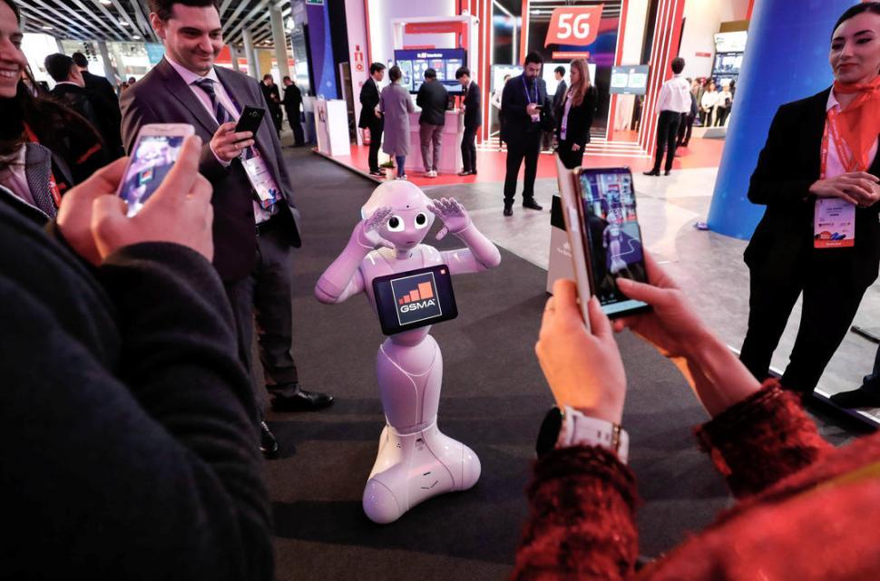 Pepper, el robot de SoftBank Robotics, posa para la foto en una de las galerías de la convención. La máquina ya ha sido utilizada como atracción turística en Japón.