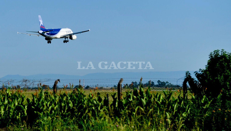 LATAM. El avión tuvo que regresar a Ezeiza tras detectar humo en la cabina. LA GACETA/ JORGE OLMOS SGROSSO