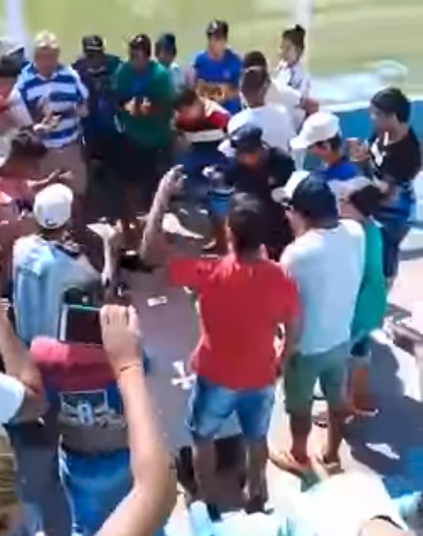 A LOS TIROS. Los casos de cortejos que llegan hasta la cancha se repiten con mayor frecuencia. (Captura de video del último adiós a Víctor Raúl Robles, el joven de 17 años abatido por un policía tras un supuesto asalto).