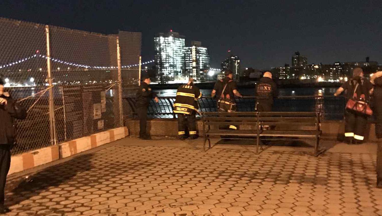 TRAGEDIA .Policías junto al East River, donde un helicóptero se ha estrellado hoy. FOTO TOMADA DE NOTICIAS TELEMUNDO.