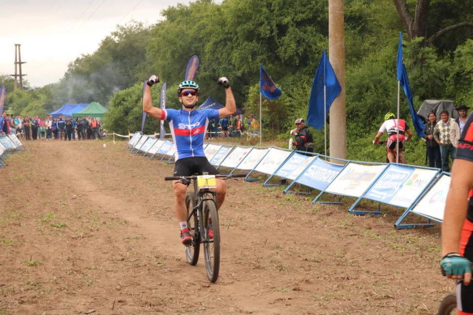 FUE IMPARABLE DESDE LA LARGADA. Ricardo Pelegrina ganó de punta a punta la exigente competencia de cross country.