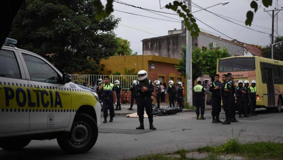Un joven chocó y murió por intentar escapar de la Policía