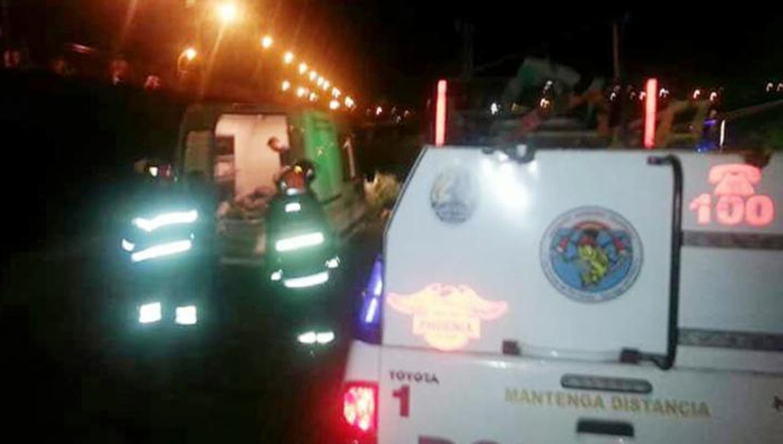 PUENTE CARRETERO. El hombre cayó entre las malezas y de ahí lo rescató la Policía. FOTO TOMADA DE DIARIOPANORAMA.COM