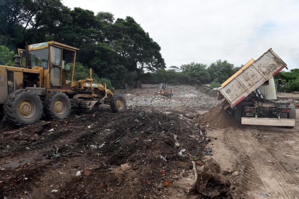 Con 180 toneladas de material taparon una laguna contaminada en Los Vázquez
