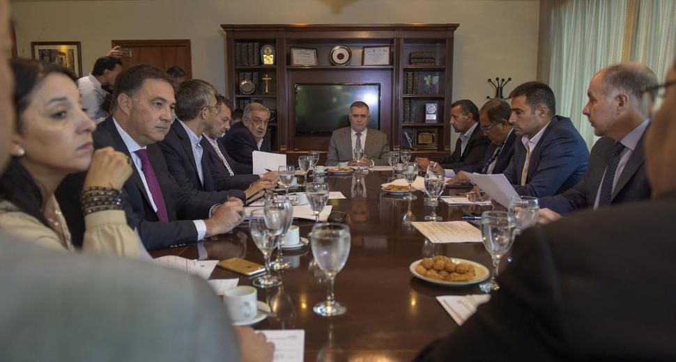 EN SALA DE PRESIDENCIA. Desde la cabecera, el vicegobernador Jaldo conduce la reunión de Labor Parlamentaria. prensa legislatura