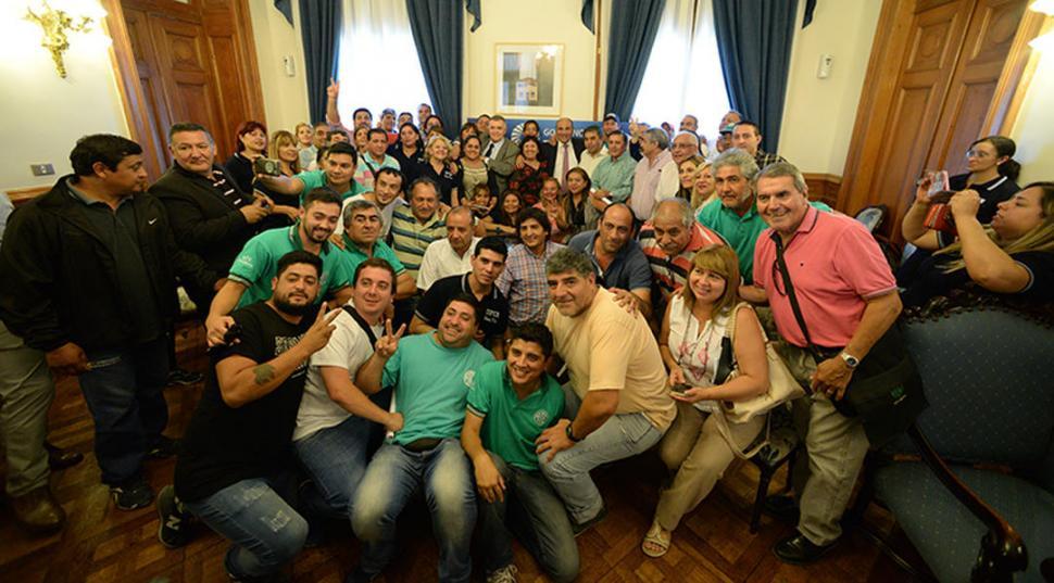 SONRIENTES. Trabajadores de ATE y de la UPCN posaron junto a Manzur y Jaldo luego de la firma del acuerdo. secretaría de estado de comunicación pública