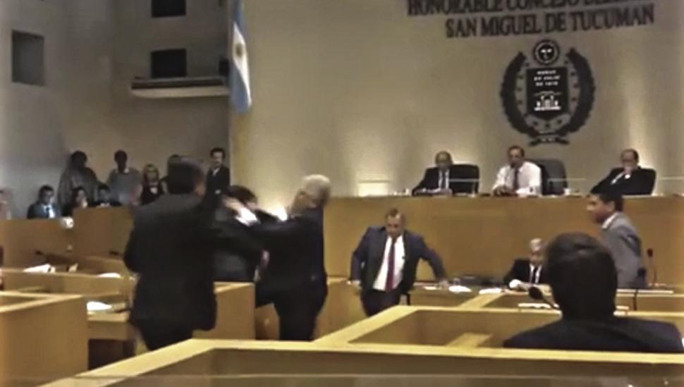 Un concejal atacó a otro en plena sesión y podría ser sancionado