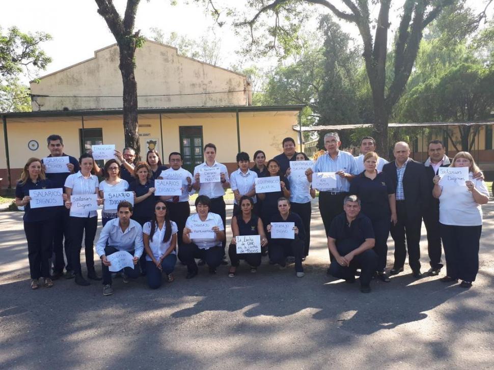 TURNO MAÑANA. En el patio del Liceo Gregorio Aráoz de La Madrid se reúnen los docentes para reclamar.