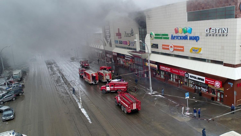 TRAGEDIA. Humo. Más de 50 vehículos de bomberos trabajaron para controlar el fuego en el centro comercial de Kemerovo, en Siberia. /AP. FOTO TOMADA DE CLARÍN.
