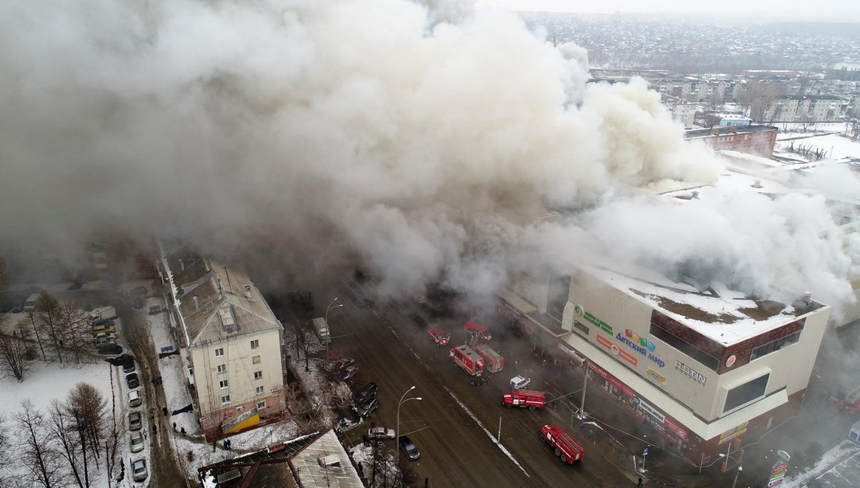 Humo. Más de 50 vehículos de bomberos trabajaron para controlar el fuego en el centro comercial de Kemerovo, en Siberia. /AP. FOTO TOMADA DE CLARÍN.