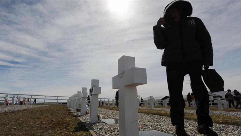 Los familiares tomaron contacto por primera vez con 90 tumbas cuyos cuerpos fueron identificados el año pasado por el Comité Internacional de la Cruz Roja.