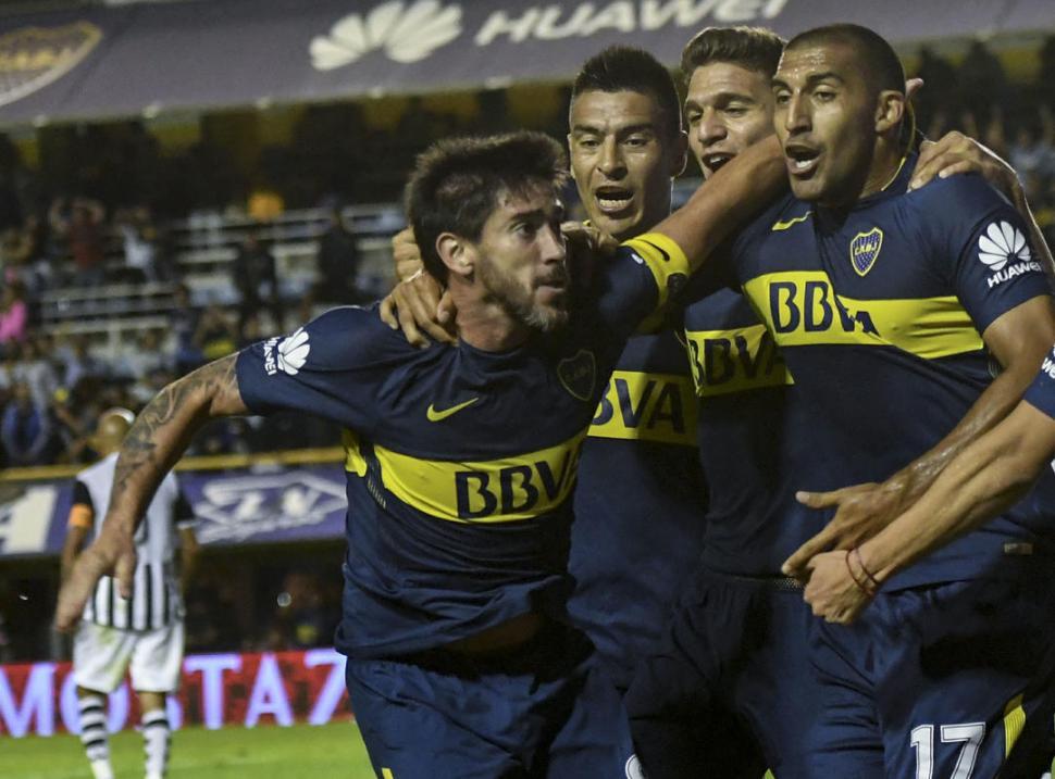 """DESAHOGO. Pablo Pérez festejó su gol con insultos hacia algunos plateístas. Después pidió disculpas. """"Se me soltó la cadena. Son los nervios que vivimos"""", explicó. telam"""