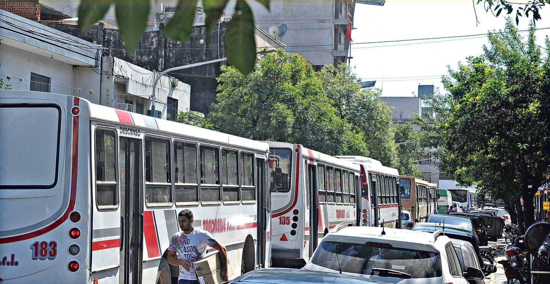 CAÓTICO. La calle Catamarca recibe autos de ambas manos de la Mendoza. Además pasan 10 líneas de colectivos por allí. LA GACETA / FOTO DE HÉCTOR PERALTA.-