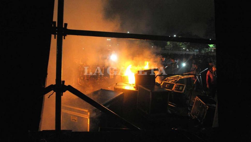 'Pity' Alvarez llegó seis horas tarde y los fans de Viejas Locas incendiaron Argentinos del Norte