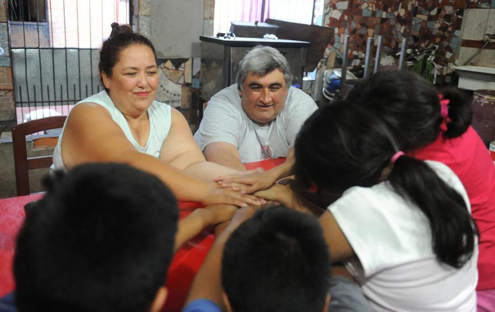 UNIDOS ALREDEDOR DE LA MESA. Francisca Pérez, su esposo Agustín Sánchez y los cuatro hermanitos que tienen 15,14,11 y nueve años. LA GACETA / FOTO DE HÉCTOR PERALTA.-