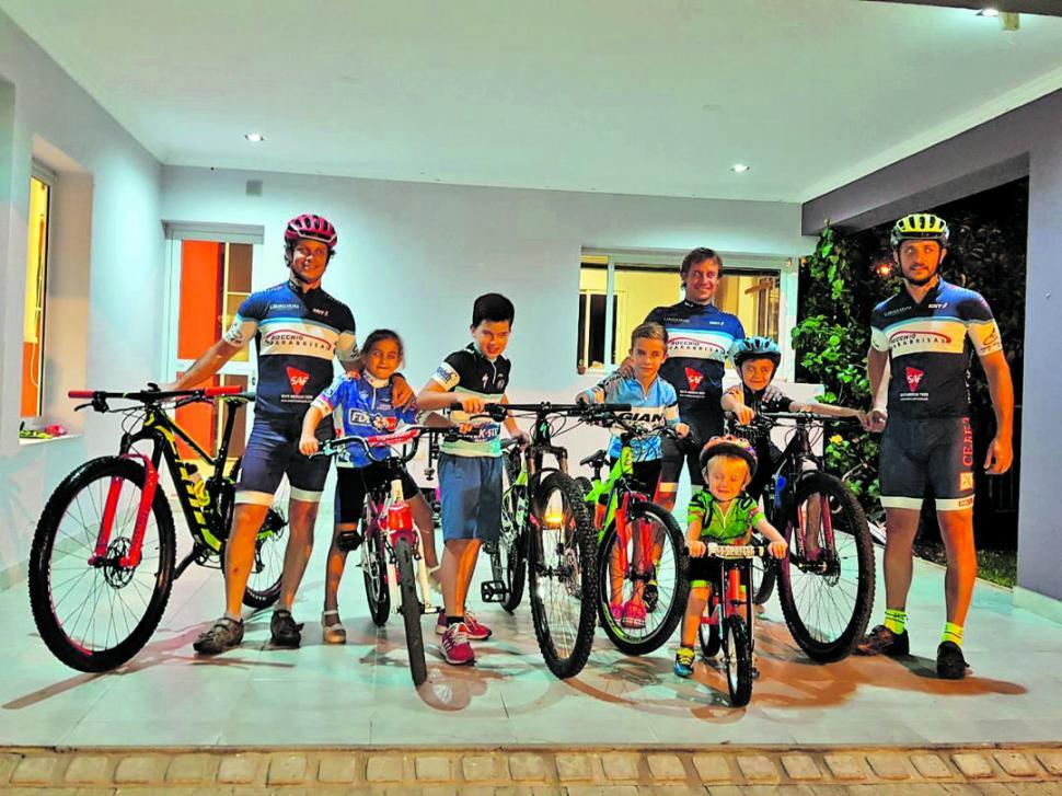 TODOS JUNTOS. Franco, Martina, Tomás, Mateo, Juan José, Lorenzo, Bautista y Bruno Rocchio comparten la pasión por el mountain bike.