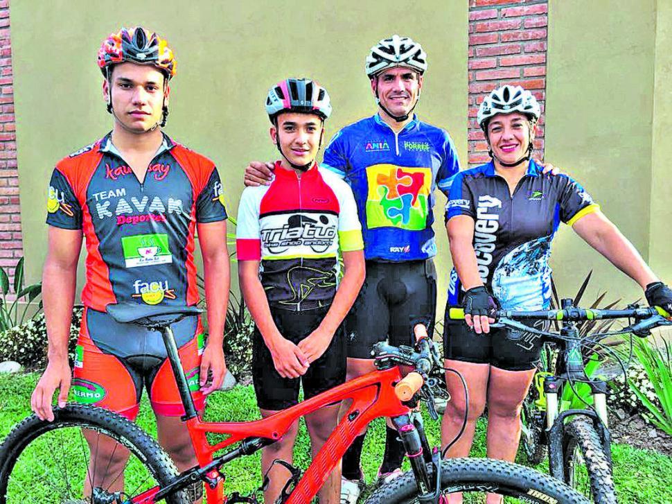 LOS CARRASCOSA. Facundo, Nicolás, Maximiliano y Fabiola disfrutan a pleno de la bicicleta.