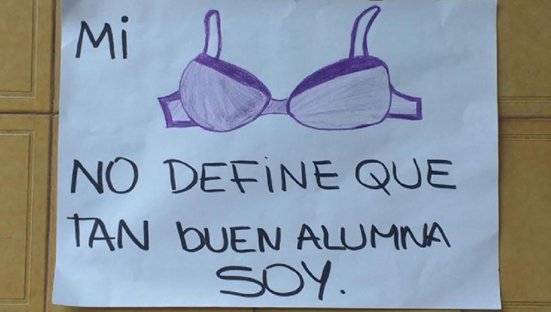 Uno de los carteles que los estudiantes colgaron en las paredes del colegio. FOTO TOMADA DE TELEFENOTICIAS.COM.AR