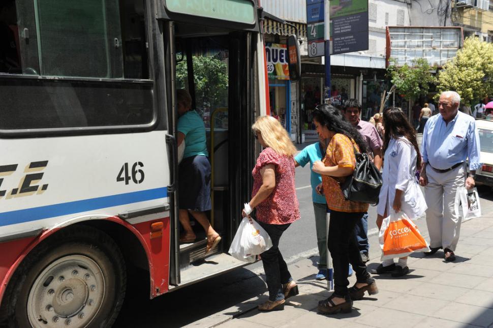 Manzur quiere dar subsidios a las empresas de ómnibus