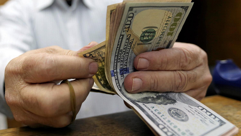 EN ALZA. El peso argentino se deprecia en comparación con el dólar. ARCHIVO