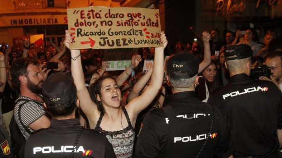 Furia en España por una condena liviana a cinco violadores