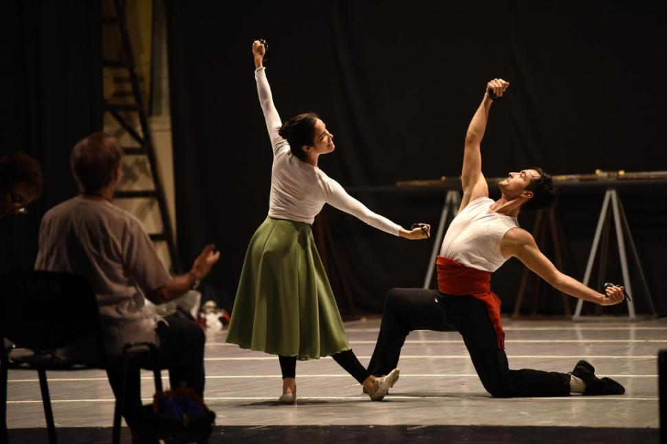PASIÓN. Zartmann conduce un ensayo y los bailarines sacan a relucir toda su expresividad en el escenario. LA GACETA / FOTO DE ANALÍA JARAMILLO.-