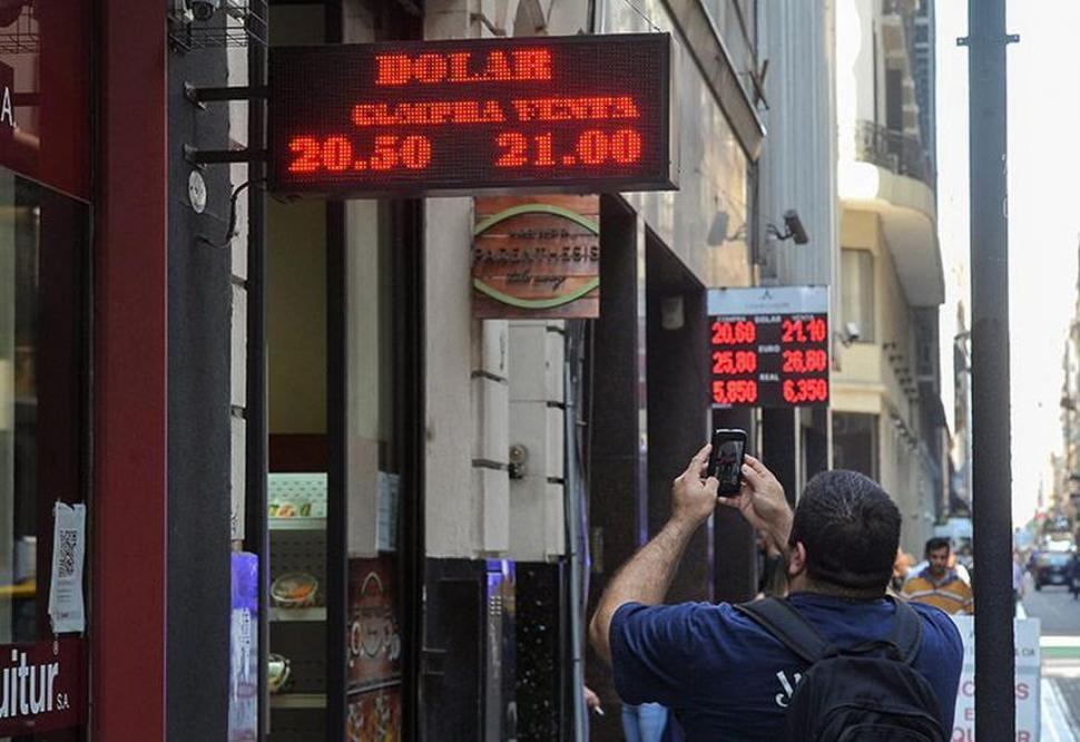 INQUIETUD. El comportamiento del mercado volvió a preocupar no sólo a los operadores, sino también al Gobierno que salió al rescate del peso. télam
