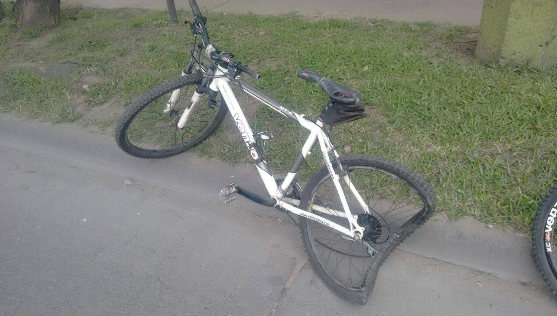 ASÍ QUEDÓ EL RODADO. El ciclista fue trasladado inconsciente al hospital Padilla. FOTO TOMADA DE FACEBOOK/META BICI