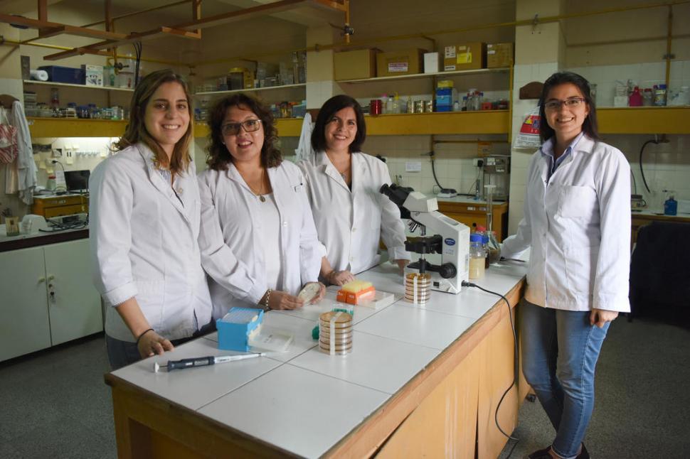 EN EL LABORATORIO. Paola Gauffin Cano, Roxana Medina y otras investigadoras en el Cerela.