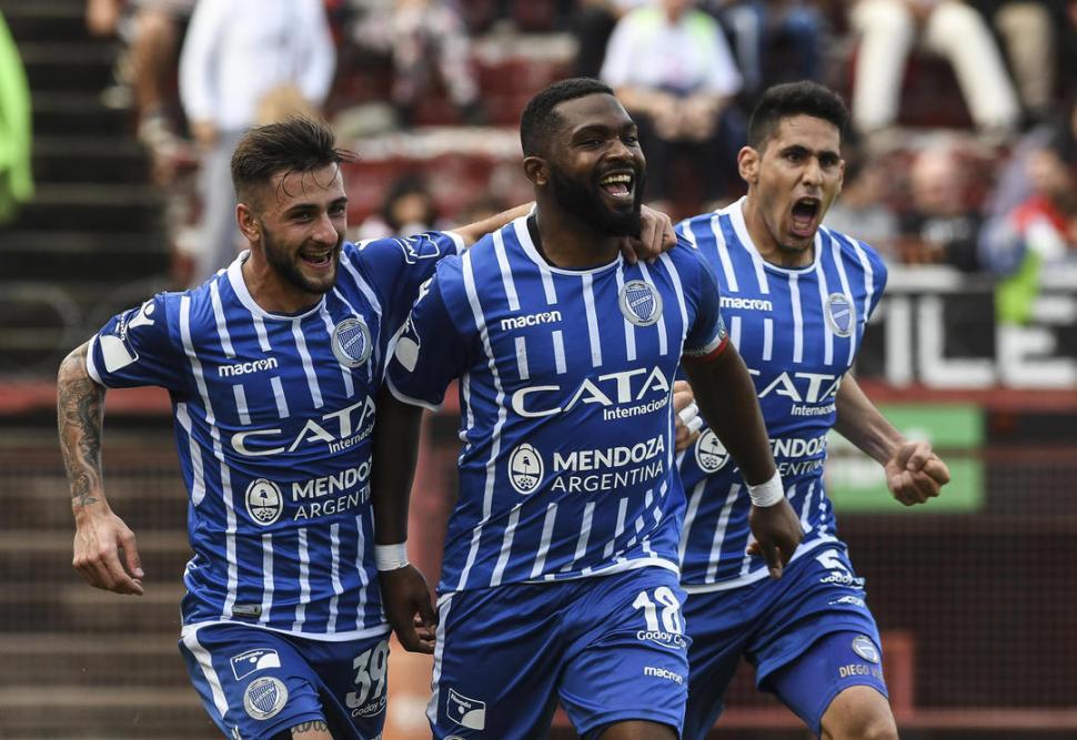 """ROMPERREDES. Con el doblete de ayer, el uruguayo """"Morro"""" García le sacó cinco tantos al segundo en la tabla de goleadores. télam"""