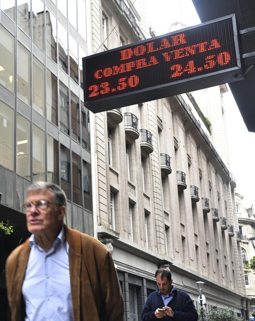 EN LA CITY PORTEÑA. El dólar alcanzó los $ 24,50 por unidad, lo que provocó la fuerte intervención del BCRA. Télam