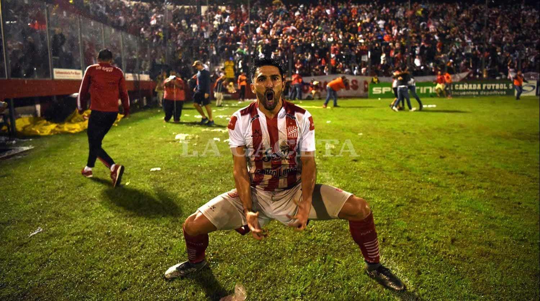 LOCURA. Martínez festejó con todo la clasificación a semifinales del Reducido. la gaceta / foto de diego Aráoz