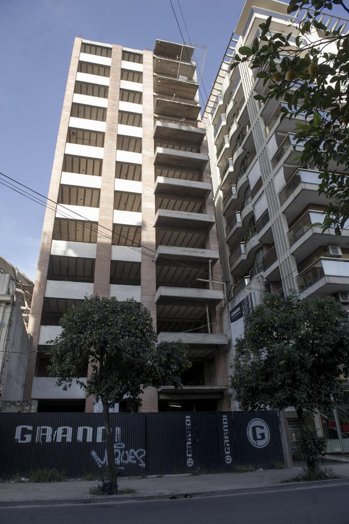 MEDIDA CAUTELAR. El fallo remite a la obra de un edificio en Maipú 715. la gaceta / foto de jorge olmo sgrosso
