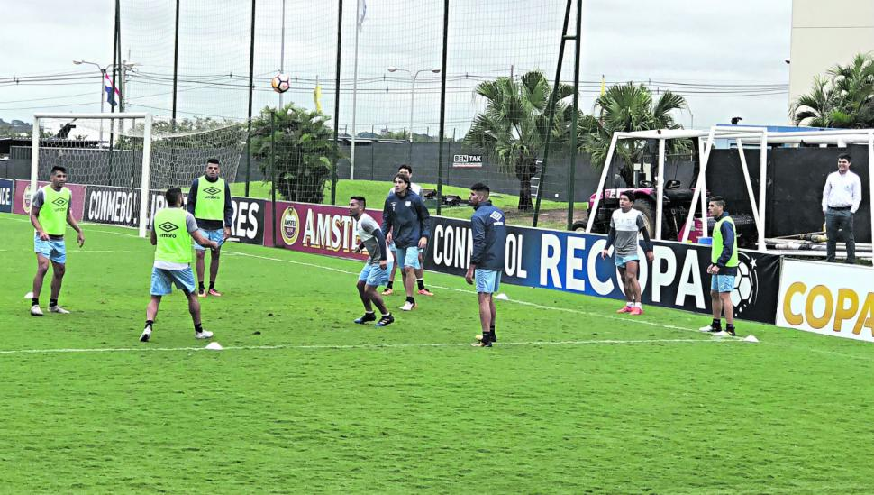 Atlético busca un lugar entre los 16 mejores del continente