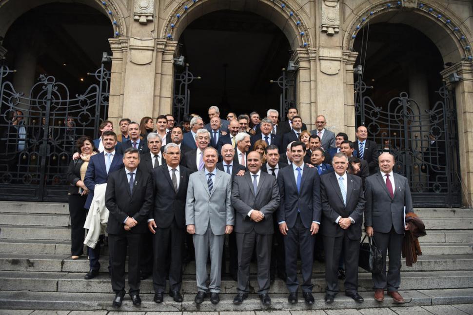 Gobernadores observan con recelo el acuerdo con el FMI