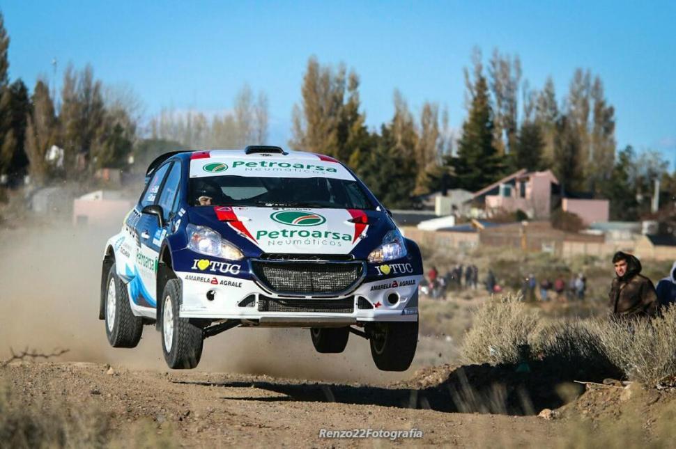 POR ENCIMA. El Peugeot 208 MR de Padilla pasa velozmente un exigente sector del shakedown en el que el auto se eleva.  foto de MARCELO INGARAMO