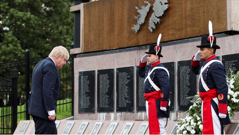 El canciller del Reino Unido, Boris Johnson, durante el homenaje a los caídos en la Guerra de Malvinas. FOTO TOMADA DE TN.COM.AR