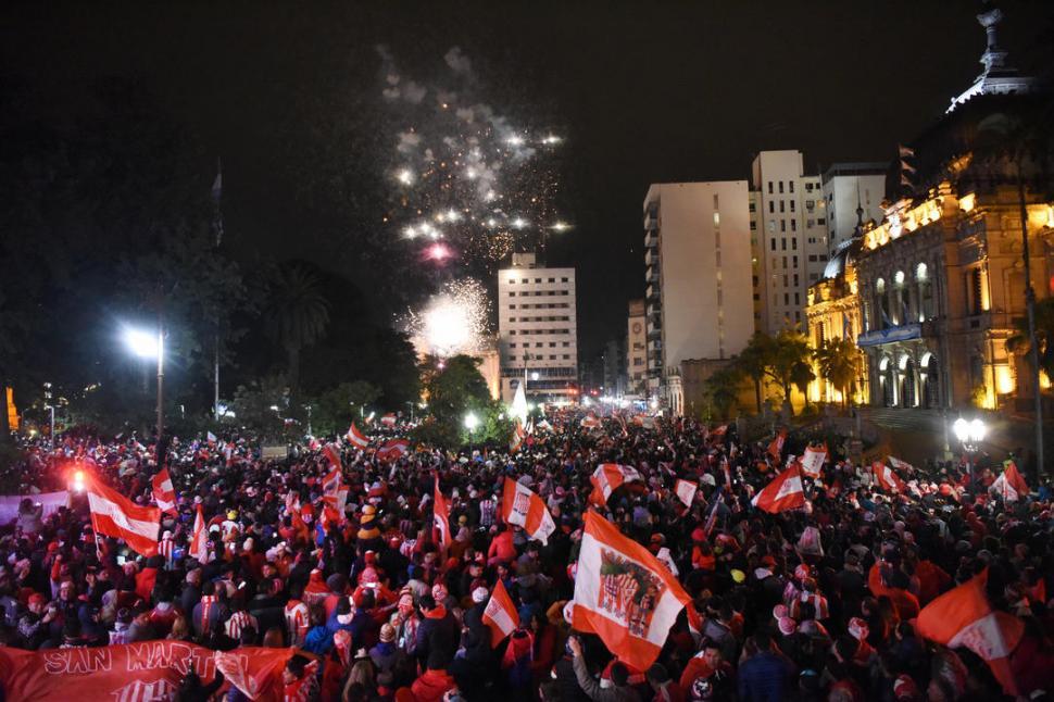 CLÁSICO. Miles de simpatizantes de San Martín llegaron hasta la plaza Independencia, el típico punto para festejar el éxito deportivo. Hubo cánticos y fuegos artificiales frente a la Casa de Gobierno. la gaceta / foto de analía jaramillo