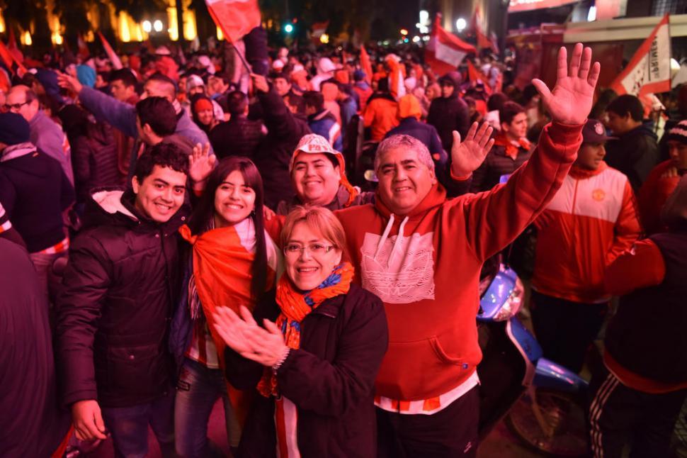 MEZCLADOS. Hombres y mujeres se unieron en cada rincón de la plaza. la gaceta / fotos de inés quinteros orio