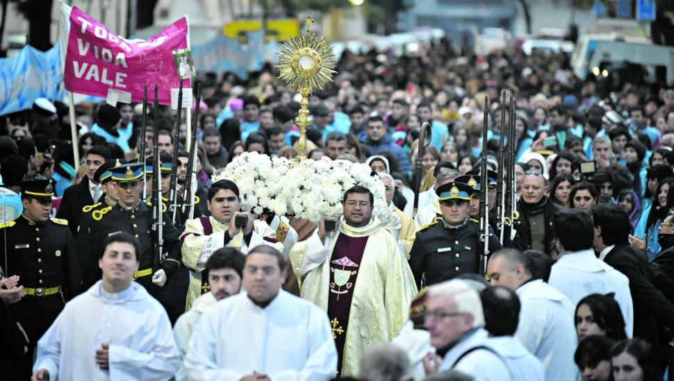 La fieles celebraron el Corpus Christi frente a la Maternidad, símbolo de la vida