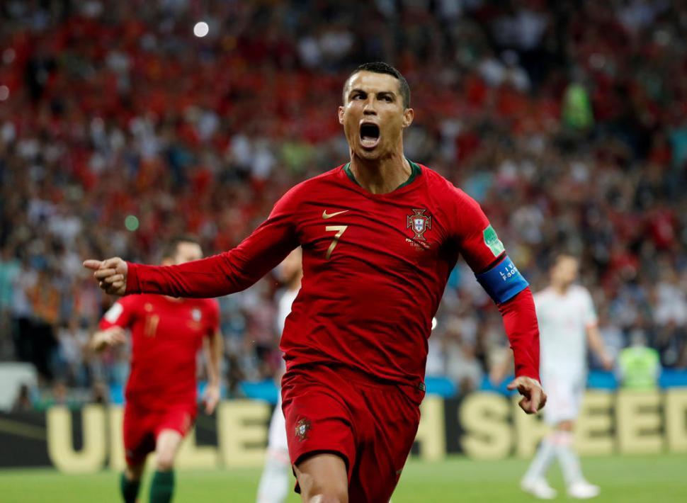 SOLO CONTRA TODOS. Cristiano Ronaldo fue la figura del encuentro, El delantero de Real Madrid enloqueció a los defensores y en especial al arquero David De Gea. reuters