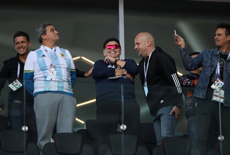 PRESENTE. Maradona no faltó al debut argentino y fue ovacionado. (REUTERS)