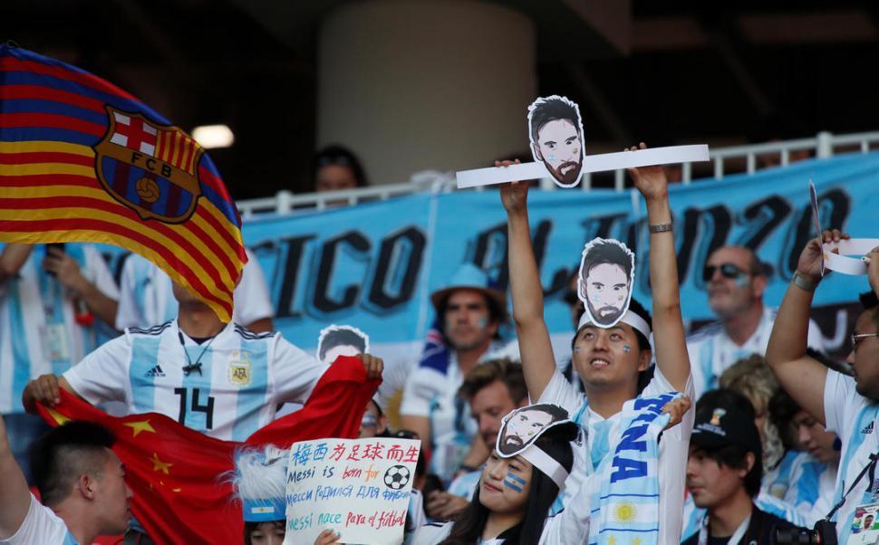 FANÁTICOS DE MESSI.  Esta pareja fue a ver en acción al capitán de la Selección con su imagen y un cartel especialmente dedicado.