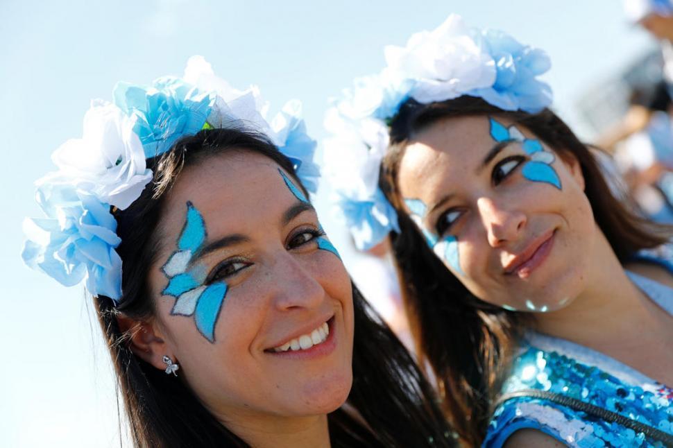DOS GOTAS DE AGUA. Las chicas se prepararon para ver al equipo argentino.