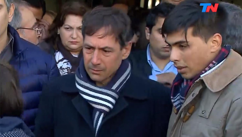 Luis Naidenoff, durante la ceremonia de entierro de sus familiares. CAPTURA DE VIDEO