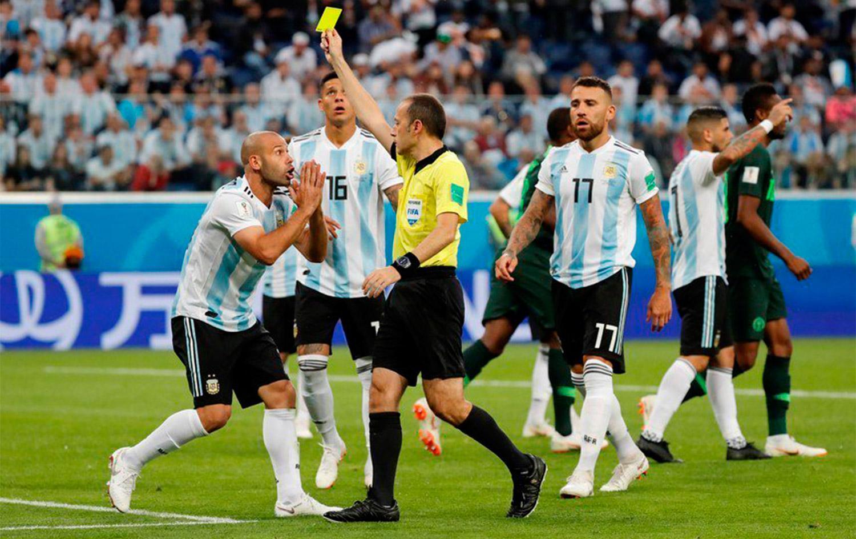 AMARILLA PARA MASCHERANO. El árbitro marcó penal y sancionó al volante. (FOTO TOMADA DE TWITTER)