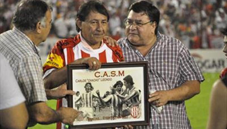 El año pasado, la directiva de San Martín homenajeó a Chacho Lizondo. FOTO GENTILEZA DE CARLOS SÁNCHEZ.