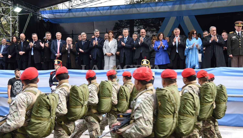 PALCO OFICIAL. El Presidente aplaude a los integrantes de las Fuerzas Armadas. LA GACETA / FOTO DE JOSÉ NUNO