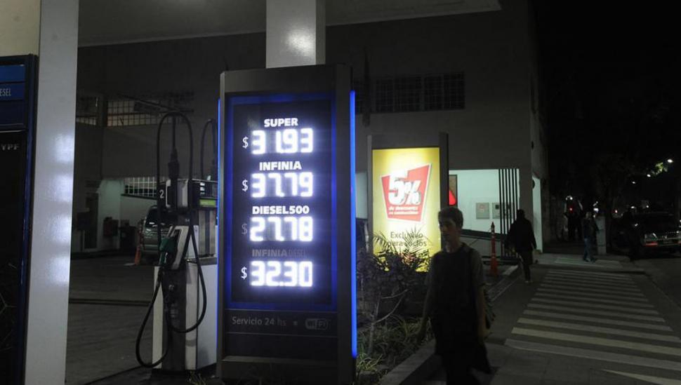 """El litro de """"premium"""" subió $ 2 en 15 días"""